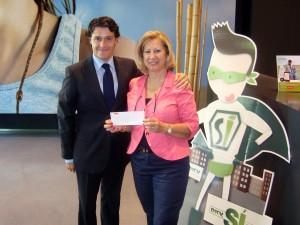 Entrega ayuda DKV a Fundación ADELA