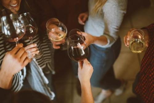 Exceso de alcohol o fotos inapropiadas en la cena de Navidad pueden ser motivo de despido