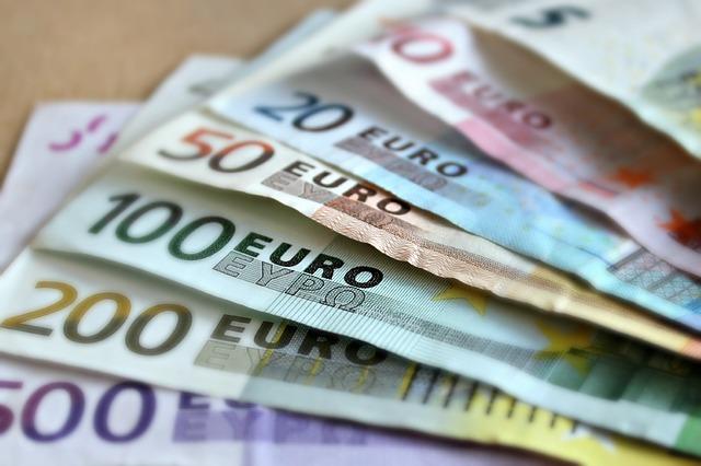 Los nuevos billetes de 100 y 200 euros entran en circulación