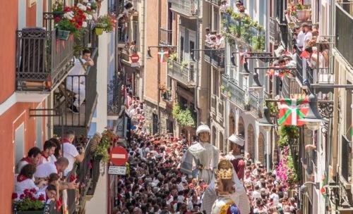 Alquilar tú balcón en San Fermín no está exento de IVA ni IRPF
