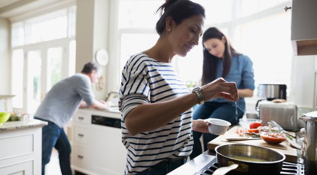 La mitad de los empleados jóvenes afirma que la pandemia ha mejorado el equilibro entre el trabajo y la vida personal.