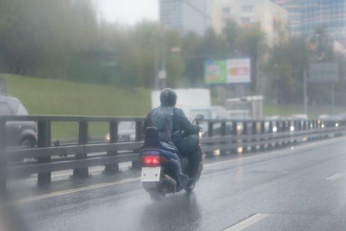 AMV aconseja cómo conducir en moto con mal tiempo. Noticias de seguros