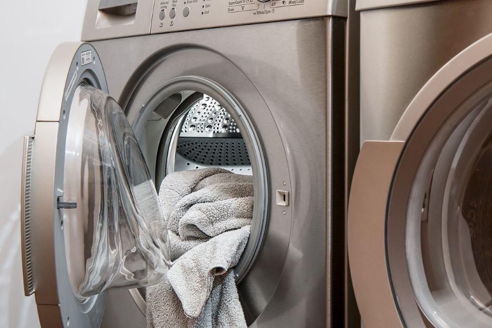 Poner la lavadora de madrugada puede acarrear una denuncia de los vecinos. Noticias de seguros.