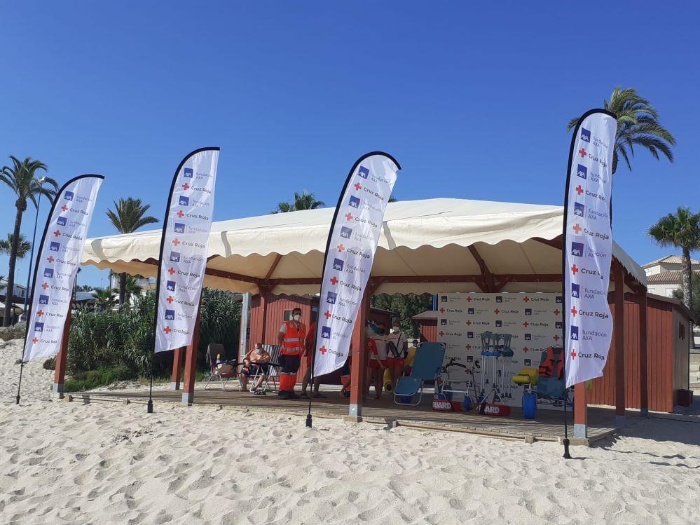 Fundación AXA y Cruz Roja facilitan el disfrute de la playa para las personas con discapacidad y sus familias.
