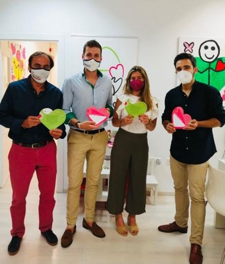 Los Community Leads de la AJPS se suman a Fundación Olivares para ayudarles a conseguir batir el récord del mundo de la mayor cadena de corazones de papel con mensajes.