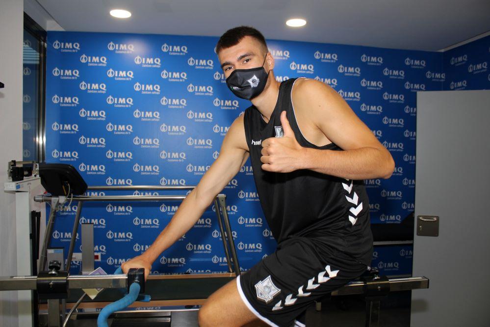 Los jugadores del Retabet Bilbao Basket pasan su reconocimiento en la clínica IMQ Zorrotzaurre.