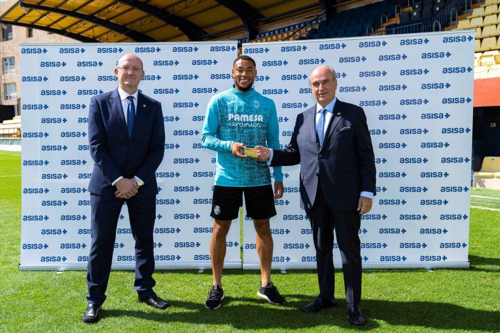 ASISA entrega sus tarjetas sanitarias a los nuevos jugadores del Villarreal CF.