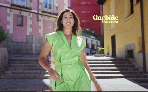 Garbiñe Muguruza, cambia el tenis por el baile en la nueva campaña de Caser Seguros.